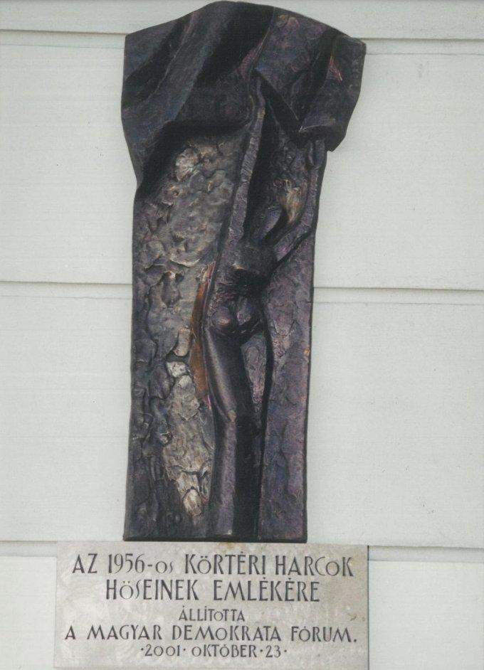 Az 56-os körtéri harcok hőseinek domború emléktáblája