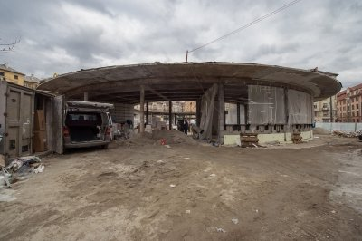 Gomba: centinként emelték a megsüllyedt épületet
