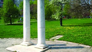 Két római oszlop a terület történelme emlékére